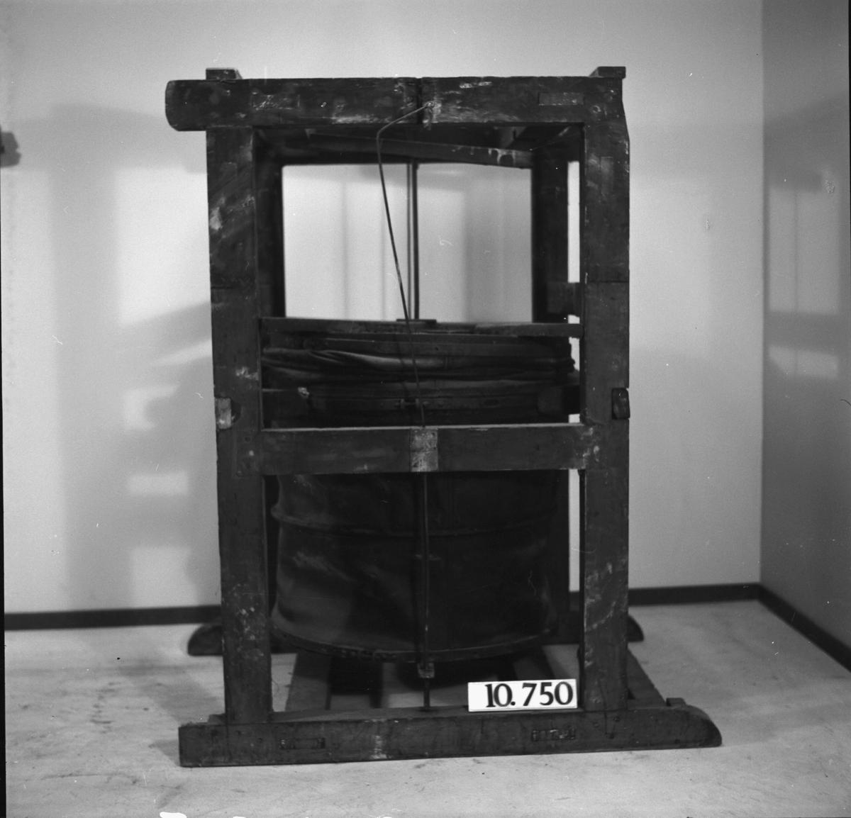 Läderbälg i ram av trä, för laboratoriesmältningar. Lösa delar: bälgstång (med diverse hävstänger ?) samt ett stag.