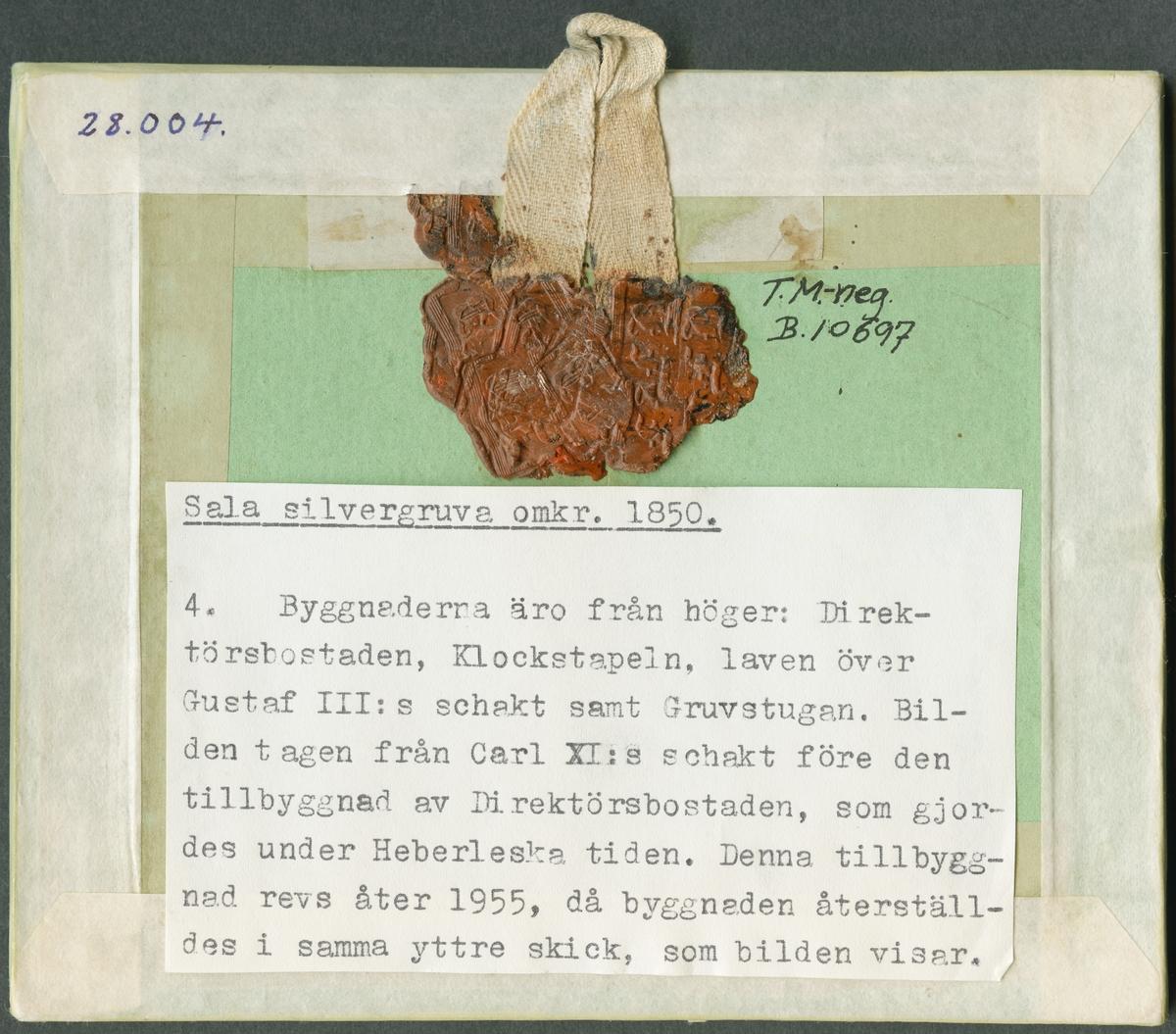 Baksidan av daguerreotyp. Byggnaderna är från höger: Direktörsbostaden, Klockstapeln, laven över Gustaf III:s schakt  samt Gruvstugan. Bilden tagen från Carl XI:s schakt före den tillbyggnad av Direktörsbostaden, som gjordes under Heberleska tiden. Denna tillbyggnad revs åter 1955, då byggnaden återställldes i samma yttre skick, som bilden visar.