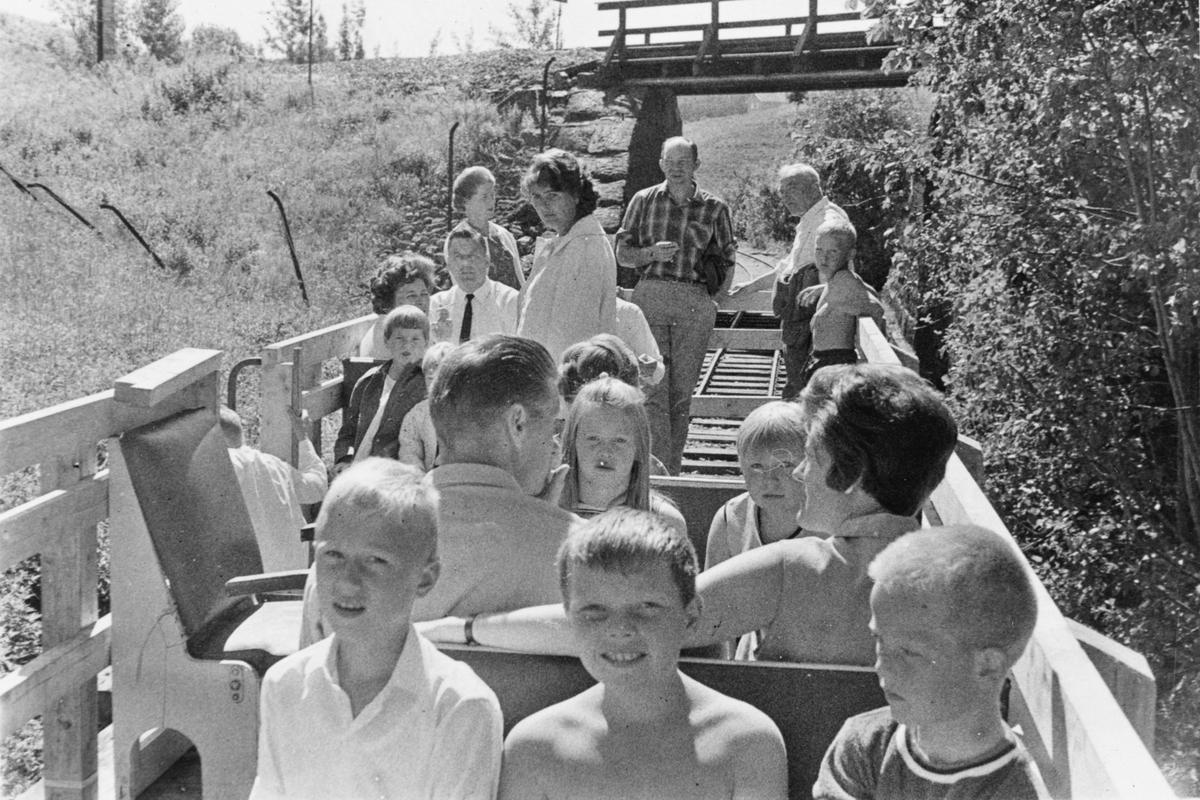 """Ombord i Urskog-Hølandsbanens """"sommervogn"""" N 105."""
