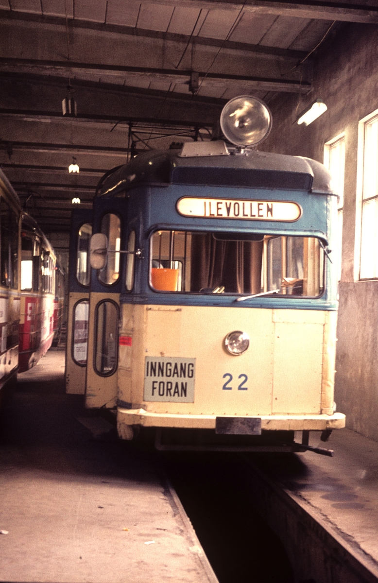 """Strømmenvogn  22 i vognhallen på Dalsenget, skiltet """"Ilevollen""""."""