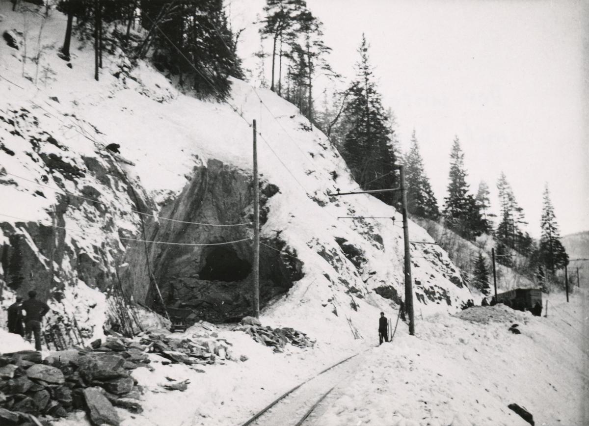 Arbeid med nordre tunnellinnslag i Klinglien på Thamshavnbanen.