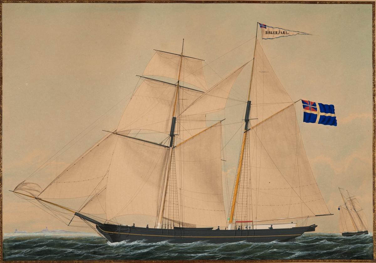 Skonerten BIRGER JARL från Wätö. Svartmålat fartyg seglande för babords halsar visande babords sida. Alla segel satta. Under gaffeln svensk flagga med unionsmärke (1844-1905).