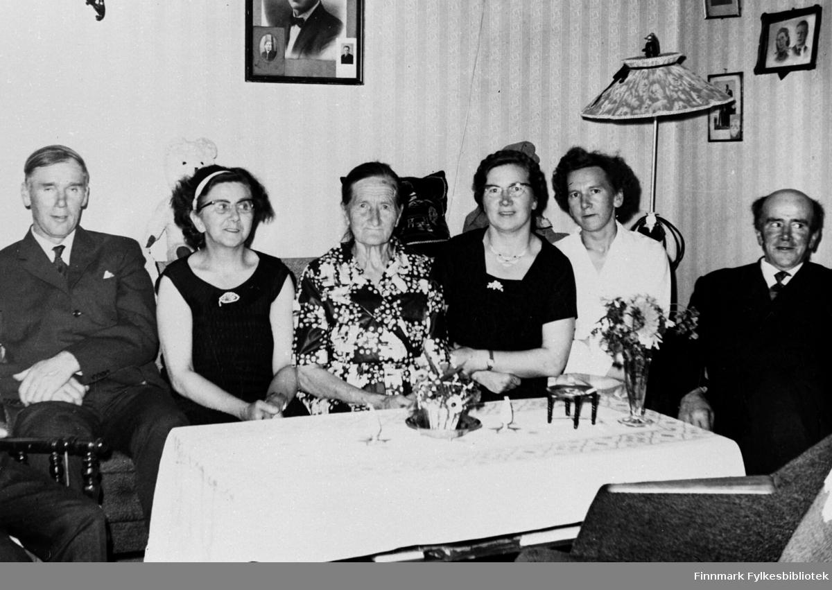 Familien Forsberg, fra v.: Almar Forsberg, Magnhild Feldt, Amalie Forsberg, Haldis og Solveig og Harry Forsberg.