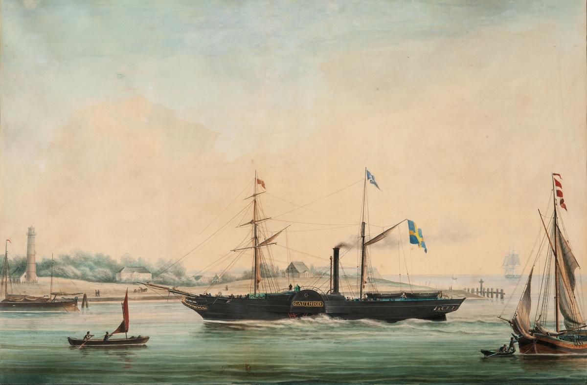 """Hjulångaren GAUTHIOD från Stockholm. Svart skrov. På babords sida: """"G A U T H I 0 D"""" i guld, och svensk flagg under gaffeln. Segelfartyg för och akter ut, Fyrtorn om styrbord,"""