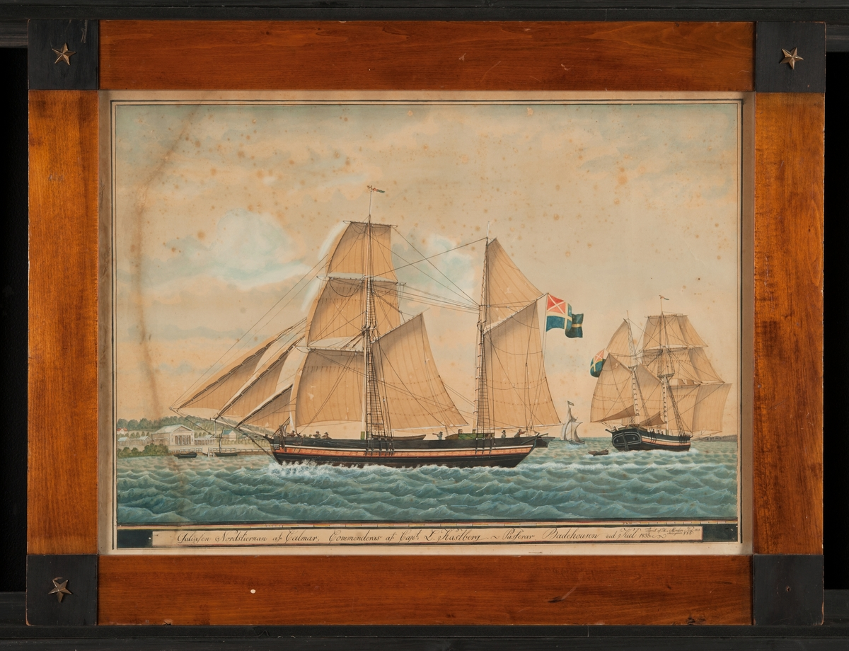 Fartyget seglar för babords halsar och visar lovarts sida, passerande badhusen i Kiel. Ovanför tavlans text en skala i rött, gult och vitt. På aktre masten äldre svenska unionsflaggan (1818-1844). Till höger samma fartyg sett akterifrån. Till vänster, i bakgrunden, större byggnader, kaj med brygga och två mindre båtar.