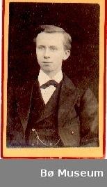 Brystbilde av yngre mann i rundtrøye; Olav H. Pålskås.