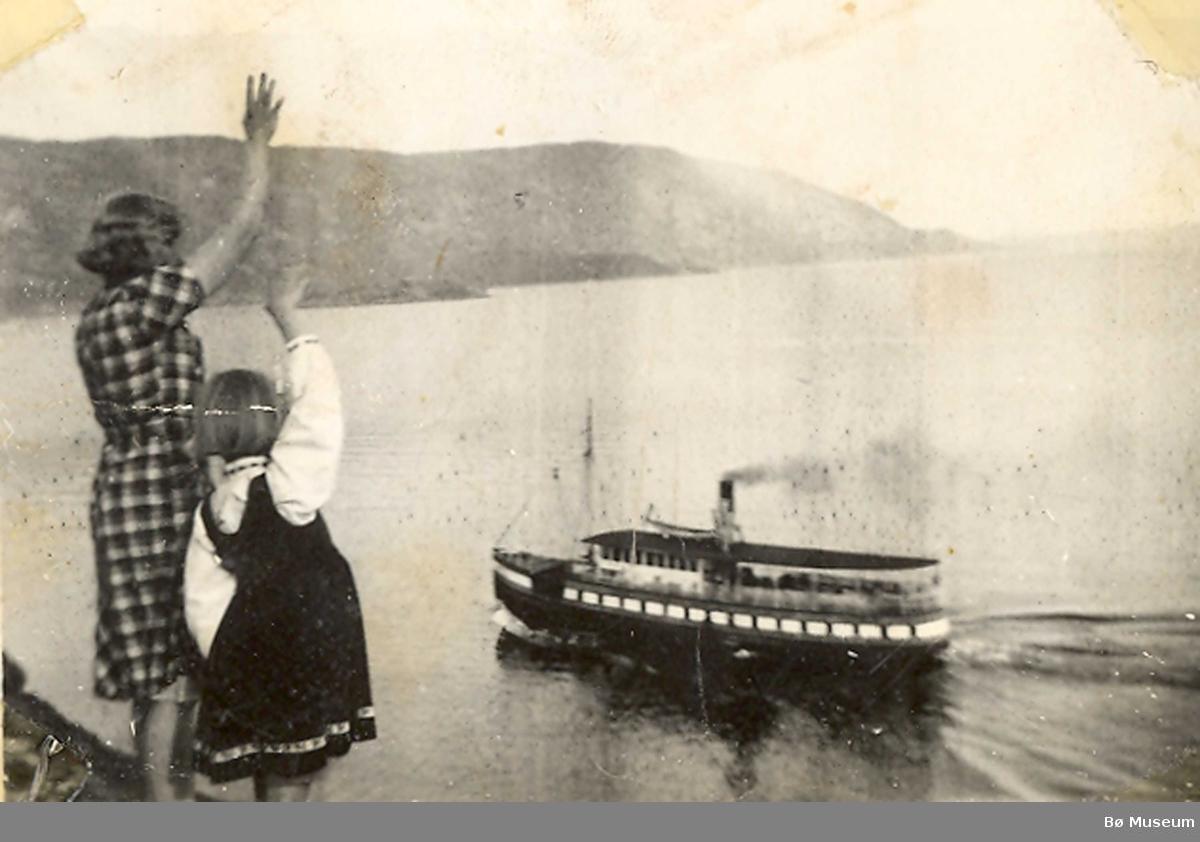 Ingeborg og Randi Odden vinkar til ein av kanalbåtane på Norsjø ved Gvarv