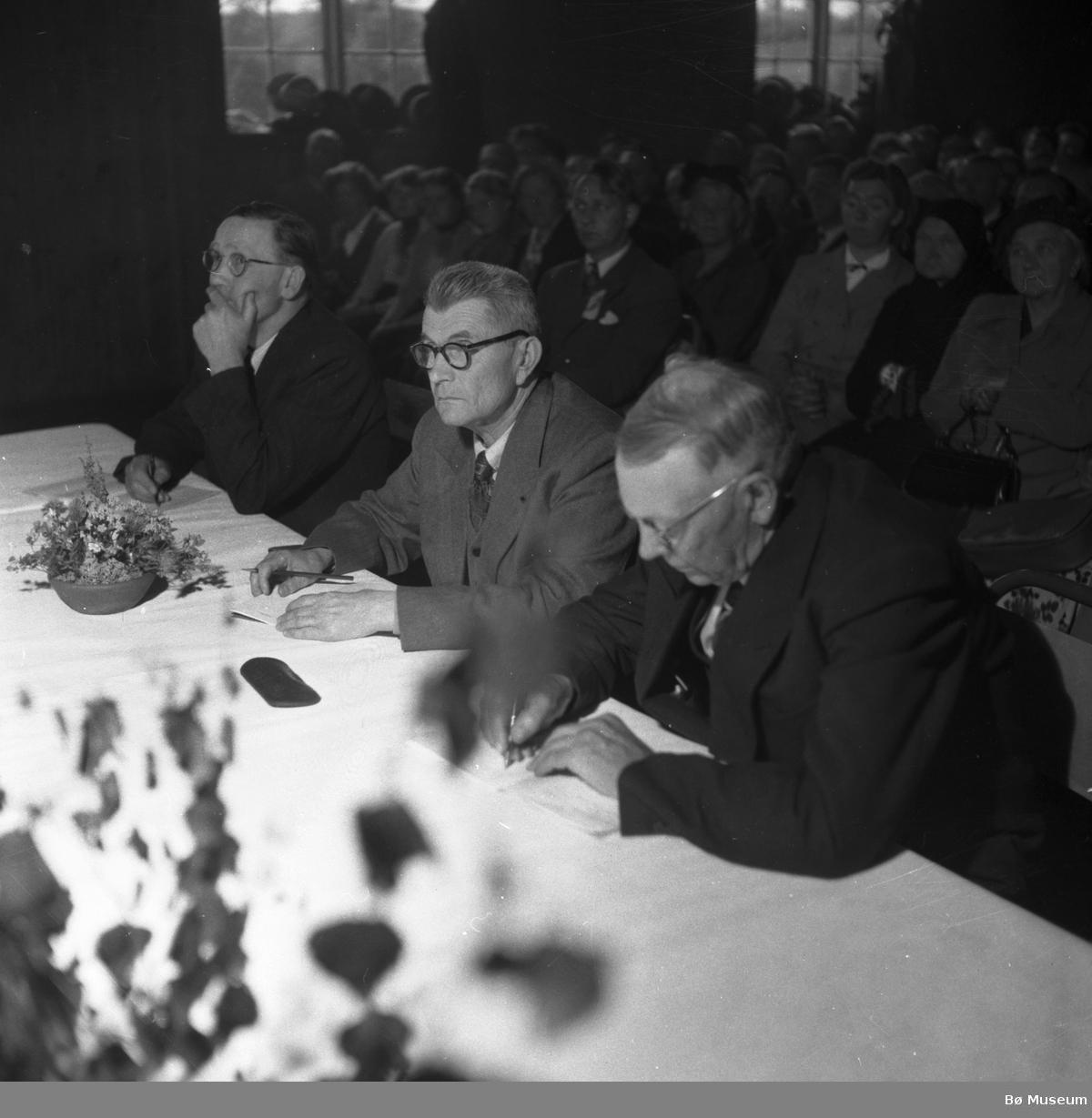 Dommarar (ukjente) frå ein kappleik i Bø i 1954 (foto: varden)