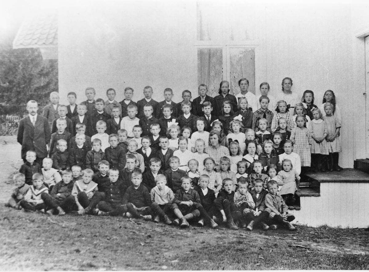 Gruppebilde, skolebilde fra Klava ved Fosser, ca. 1920 eller litt senere