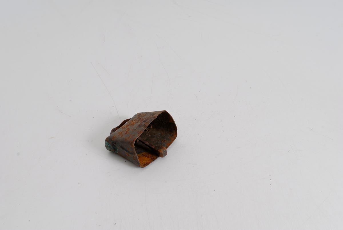 Form: A) To sammensmidde deler. Festebøyle på toppen 1 hammer med kvadratisk tverrsnitt, av jern. B) Lik A, men i kobber.