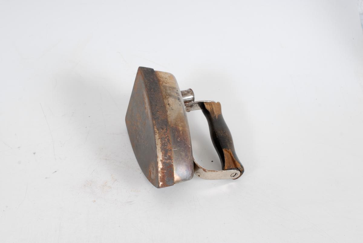 Form: trekantet jern med håndtak i tre, bak er det uttak til ledning