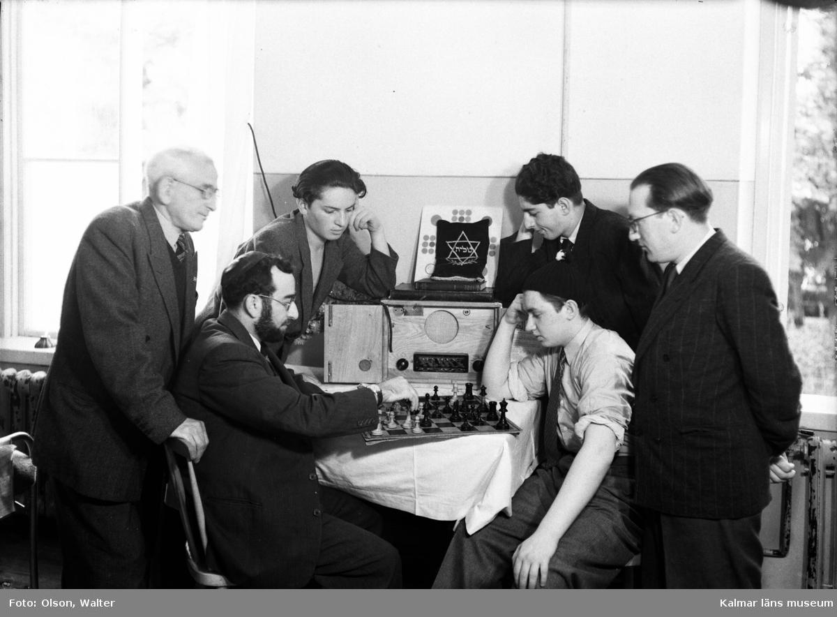 Judiska män som suttit fängslade i Bergen-Belsen men räddats till Kalmar spelar schack och lyssnar på radio på Beredskapssjukhuset.