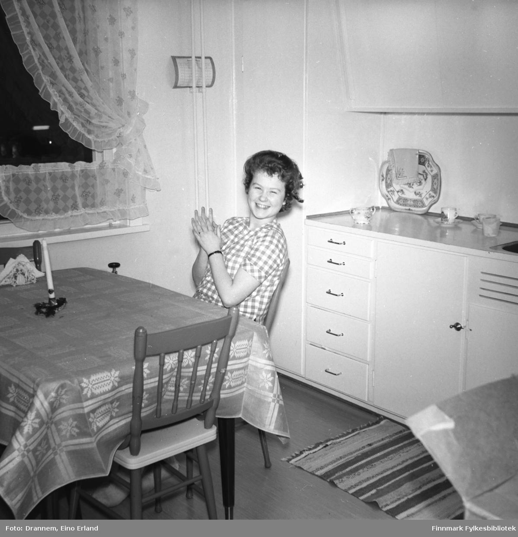 Turid Karikoski sitter ved kjøkkenbordet i familiens leilighet i Hammerfest