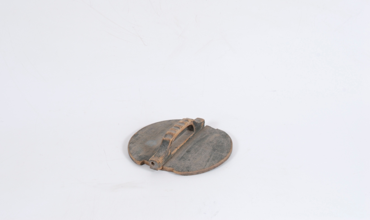 Form: Sirkulær m/innhakk for ører.