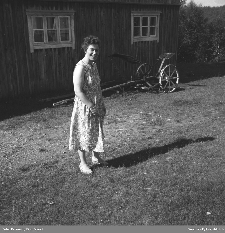 Jenny Drannem fotografert på gårdsplassen foran en bygning.