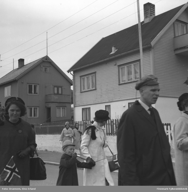 17. mai-tog i Hammerfest. Bildet er muligens tatt på Fuglenesveien.