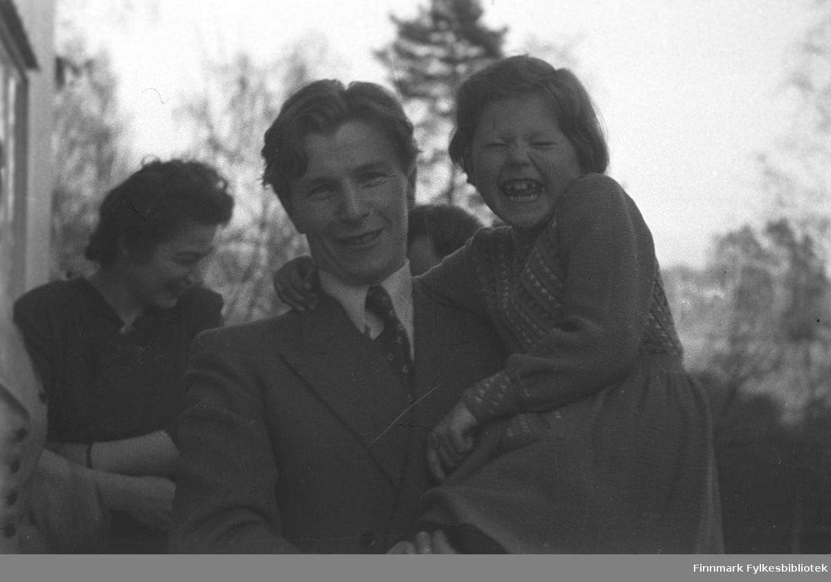 Flere personer fotografert på en veranda. De er fra venstre: Jenny Drannem, Eino Drannem og Mari-Ann Nilssen.