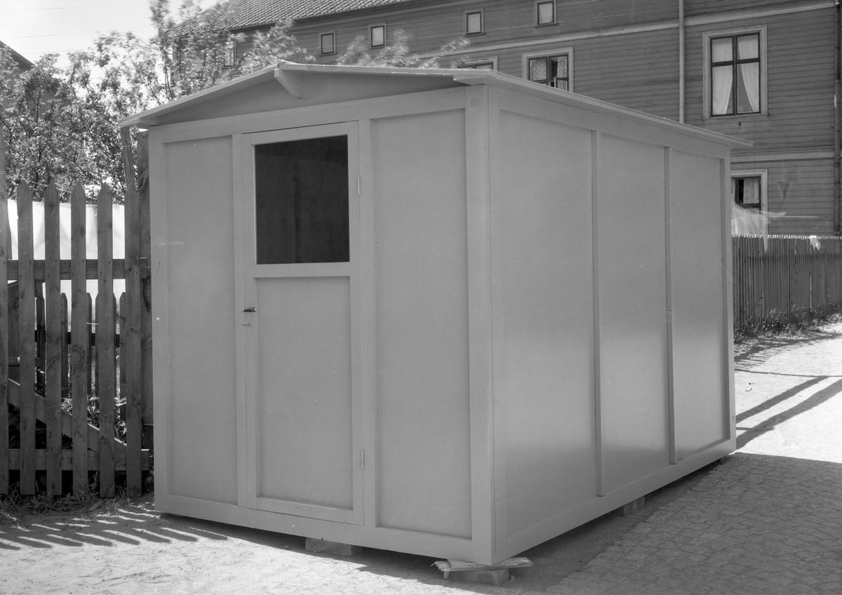 Förrådsbarack tillverkad av Handels AB Karl Olsson. Företaget handlade med järn, sågade trävaror m m och hade även en butik med försäljning av hushållsvaror i hörnet Karlagatan-Fryxellsgatan. Bilden togs 1933.