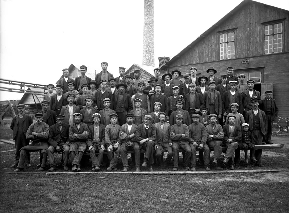 Gruppbild på arbetsstyrkan vid AB Träexport tagen runt år 1920. Troligen är företaget lika med Orrholmens sågverk.