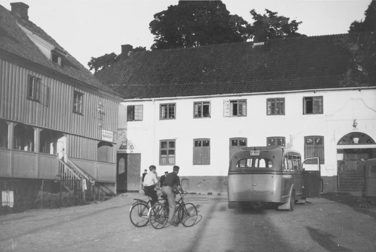 Son torg. D. Nygaard bakeri i bygningen til venstre. Buss med kjennemerke B 9861 til høyre.
