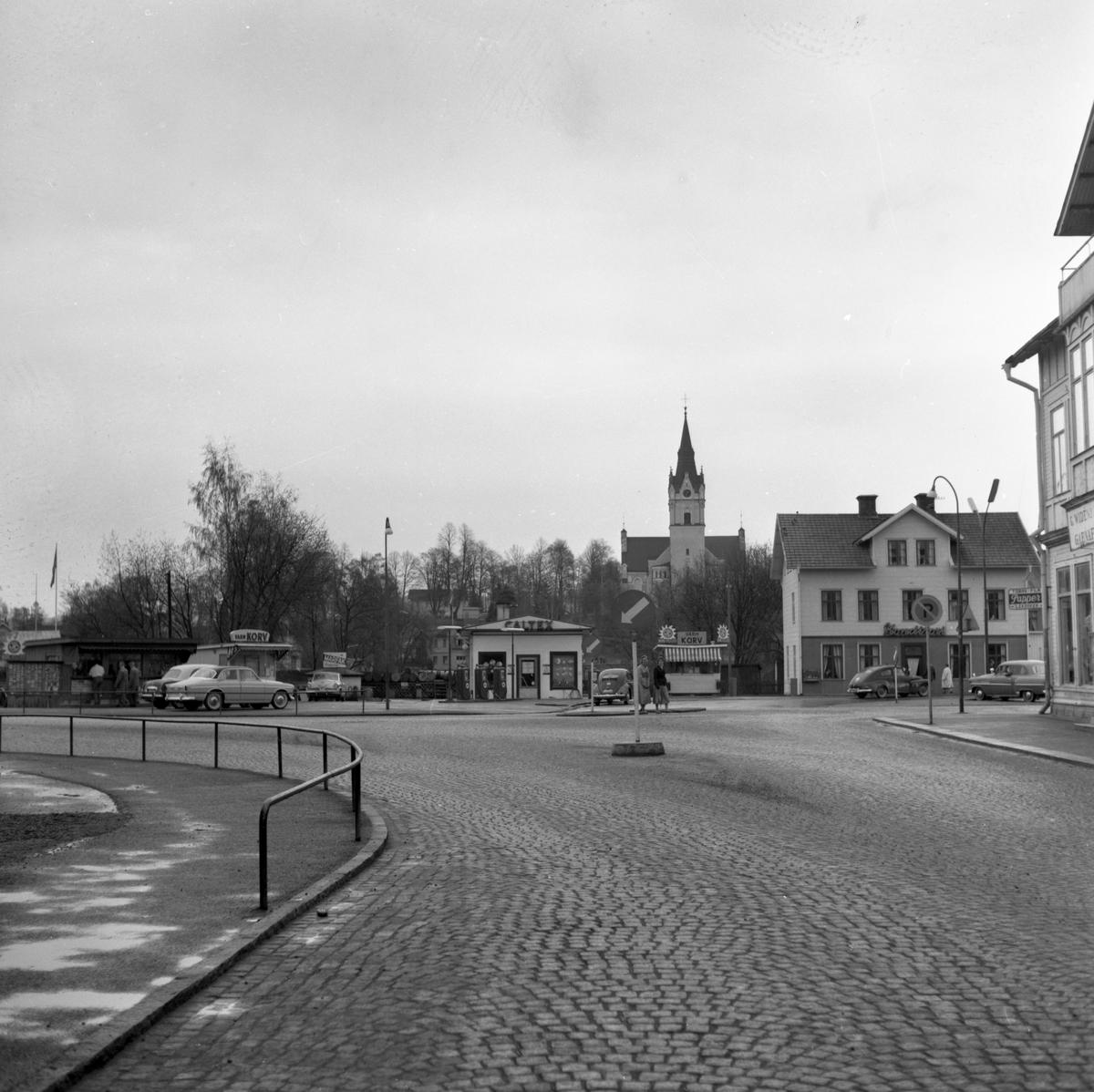 """Någonstans i Värmland - från slutet av 1950-talet. Kommentar från en användare: """"Bilden är tagen i Sunne, Gyllners hus skymtar längst till höger""""."""