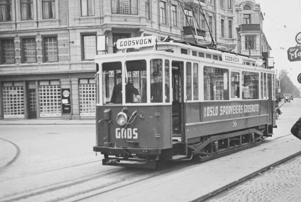 Oslo Sporveiers godstrikk nr. 56. Oslo Sporveier opprettet godstrikkerute under okkupasjonen på grunn av knapphet på drivstoff. Bildet er tatt på Majorstuen 10. mai 1940, som var premieredagen for godstrikken.