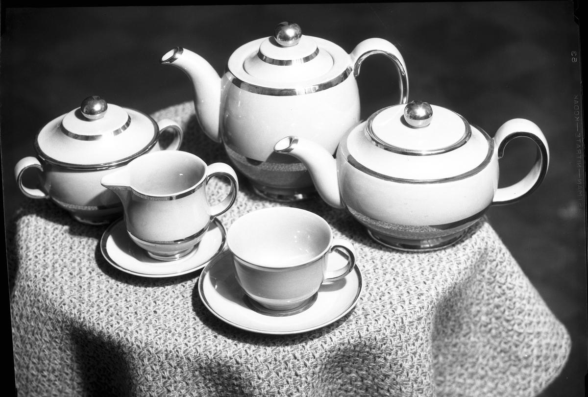 Te och kaffeservis.  Gefle Porslinsbruk AB bildades 22 september 1910 av Gustav Holmström och skeppsredare Erik Brodin. 1911 kunde produktionen komma igång. År 1913 ombildades företaget och byte namn till Gefle Porslinsfabrik AB. 1979 lades fabriken ned.