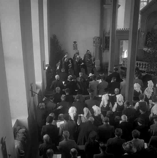 Gudstjänst i kyrka i samband med  Christina Nilsson-jubileet 1943. Man tar just upp kollekt. Vederslövs kyrka.