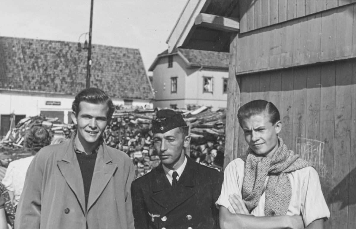 """En tysk skipsoffiser sammen med norske gutter. Tekst fra album: """"Arne Kristiansen, Steuermann F.C. Bauer Feldpostnr. 12377, Christopher Ravn"""""""
