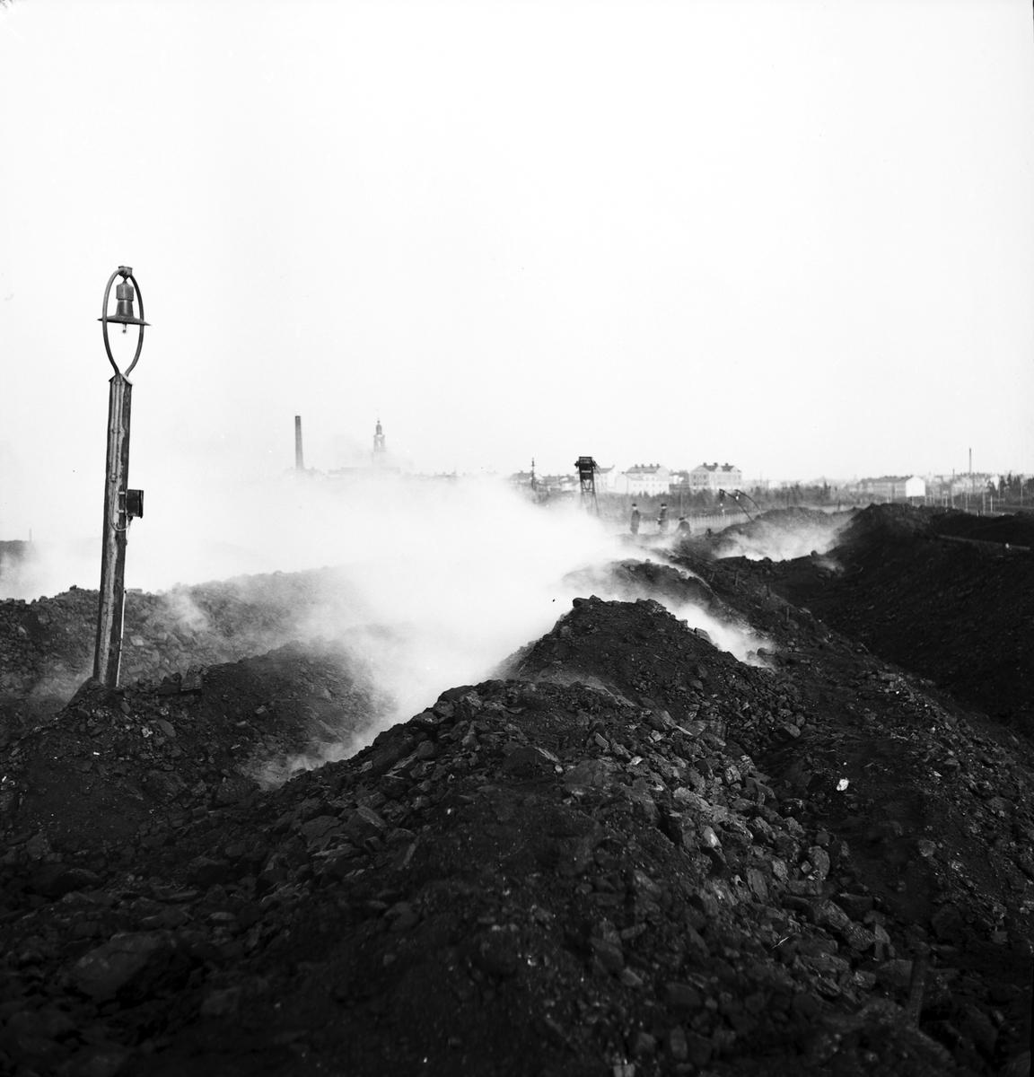Reportage för Arbetarbladet. November-december 1938 brann SJs kolgård på Alderholmen i en hel månad.