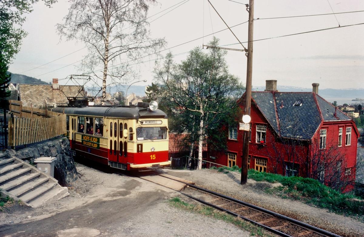 Trondheim trafikkselskap. Gråkallbanen, ved Nyveibakken holdeplass. Vogn 15 på vei mot Munkvoll på linje 1 fra Voldsminde.