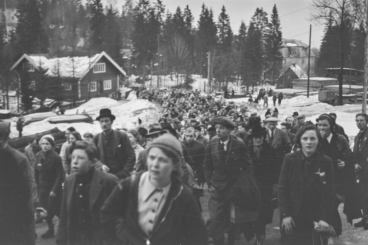 Holmenkollrennet 1939. Kø fra Holmenkollbanen til Holmenkolbakken.