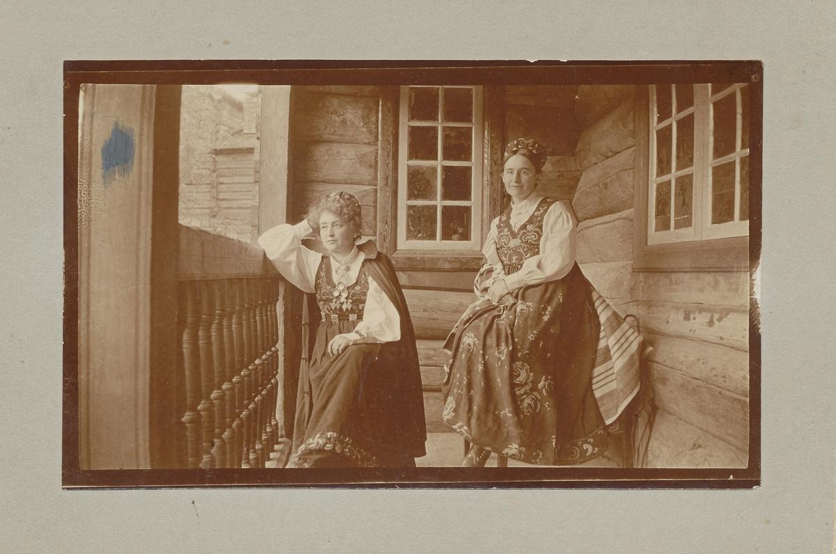 Hulda Garborg og Tilla Valstad på veranda.