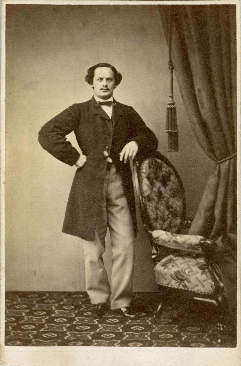 Porträtt av Gustaf Otto Weidenhjelm, underlöjtnant vid Jönköpings regemente I 12. Se även AMA.0009284 och AMA.0009252.