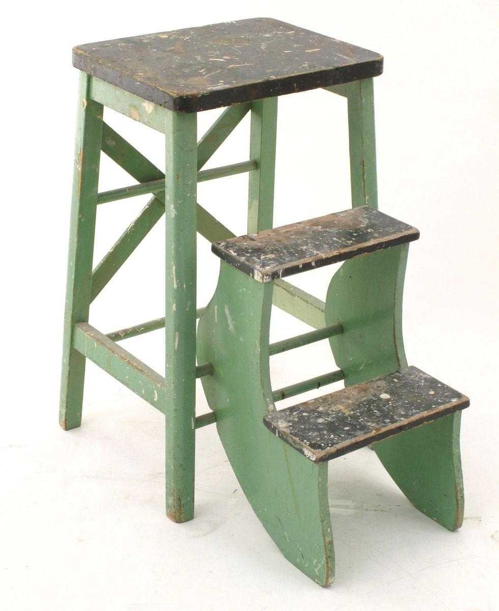 Trapp av enkel konstruksjon, en høy krakk med to trinn som kan slåes ut.  Malt i lys grønn farge.