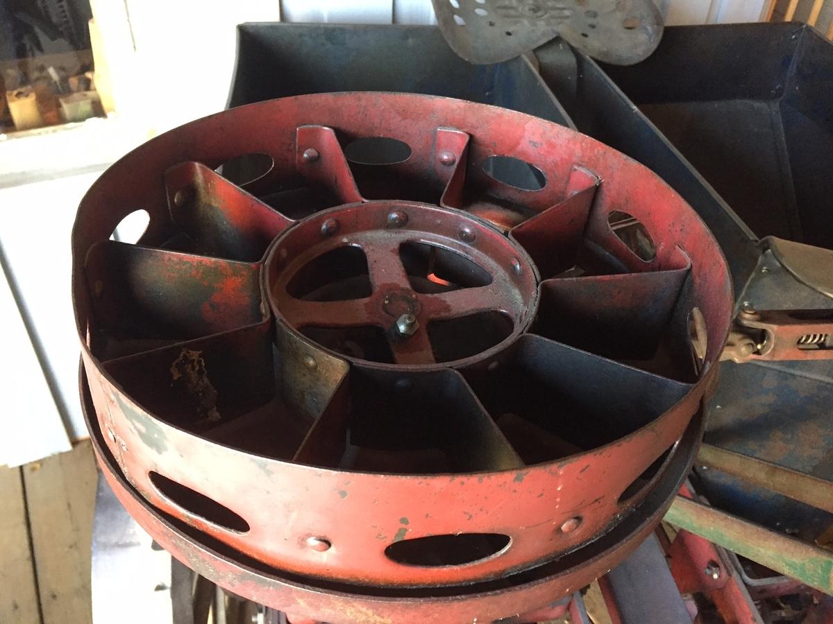 To hjul. Todelt beholder. Ett elevatorkjede med skåler for hver beholder