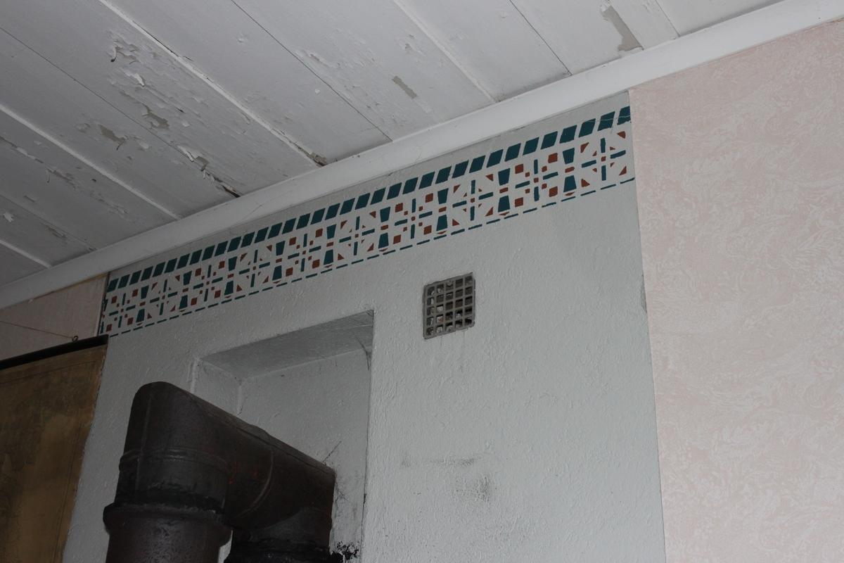 Denna skolbyggnad uppfördes år 1877 i Råsbo by, Nora socken, som undervisningslokal för barn i Råsbo skoldistrikt/rote. Uppförd i liggande timmer på huggen stengrund. Byggnaden är rödfärgad. Åstak belagt med tvåkupiga tegelpannor på underliggande trätak.Skorsten murad i tegel. Hängrännor i plåt. Släta, vita fönsterfoder. Fönster med mittpost. De yttre bågarna är höga och vita, med tredelad spröjs. Innerfönster saknas. Inbrottsgaller är monterade i alla fönster. Två gula dörrar tillverkade i stående plank och klädda med spontad panel. Dörrarna har överljus. Två yttertrappor med räcke i trä. Tvärgående innervägg av timmer. Alla innerdörrar är spegeldörrar, målade i grågrön kulör. Kammarlås med nyckel och trycke. Profilerade dörrfoder i samma kulör som dörrarna. Förstugans väggar är klädda med pärlspont i en ljust gul nyans samt en blåblommig tapet. Breda golvplank. Spontad panel i taket. Kök med pärlspontsklädda väggar i samma kulör som förstugans. Breda golvplank. Spontad panel och liten hålkälslist i taket. Vedspis med murad kåpa. Skolsal med liknande golv och tak som i kammaren. Väggfasta vedlårar klädda med pärlspontspanel. Övre delen av väggarna har tapet med marmorerat mönster i en rosa-beige kulör. Väggarnas nedre del är klädda med pärlspontspanel. All pärlspont är målad i en grön kulör. Bergslagskamin vid rummets inre långvägg. Vid väggslutet över kaminen är muren dekorerad med en målad bård. Vid kortväggen finns ett podium med kateder. I övrigt är salen inredd med skolbänkar och undervisningsmaterial. Kammaren har en beige tapet med jugendmönster. Breda golvplank. Tak av lockpanel. Vit, rund kakelugn med förnicklade ytterluckor, tillverkade av HJ. Lundh i Eskilstuna. De inre luckorna i järn är märkta med nummer 30.