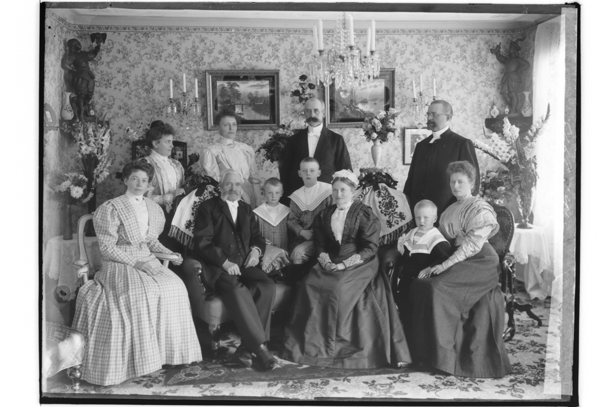 Rumsinteriör, familj 11 personer.Guldbröllop.Bankdirektör A. C. Gevert