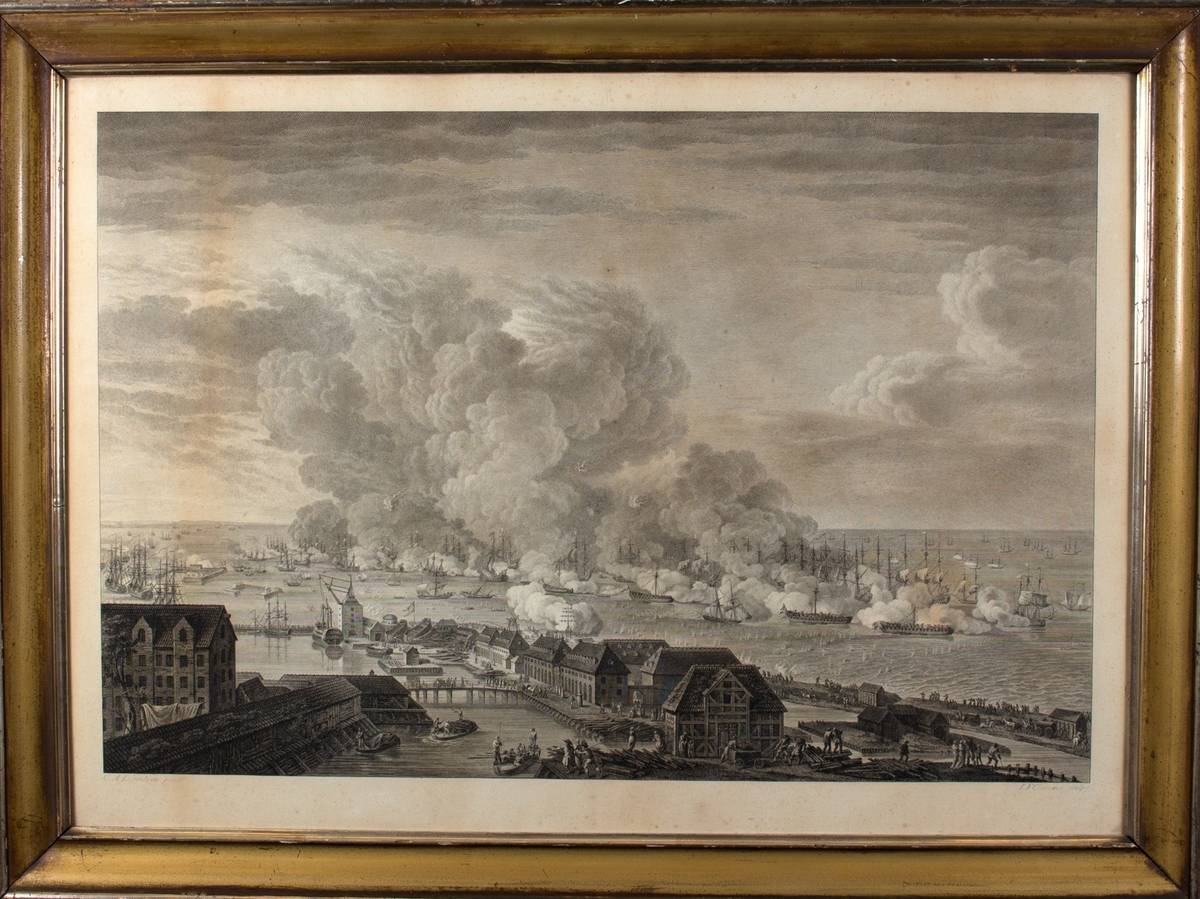 Slaget om Københavns red sett fra land. Bygninger og havnen i forgrunnen, en rekke tilskuere og flere hånddrevne brannpumper. Den danske og britiske flåte i trefning i bakgrunnen.