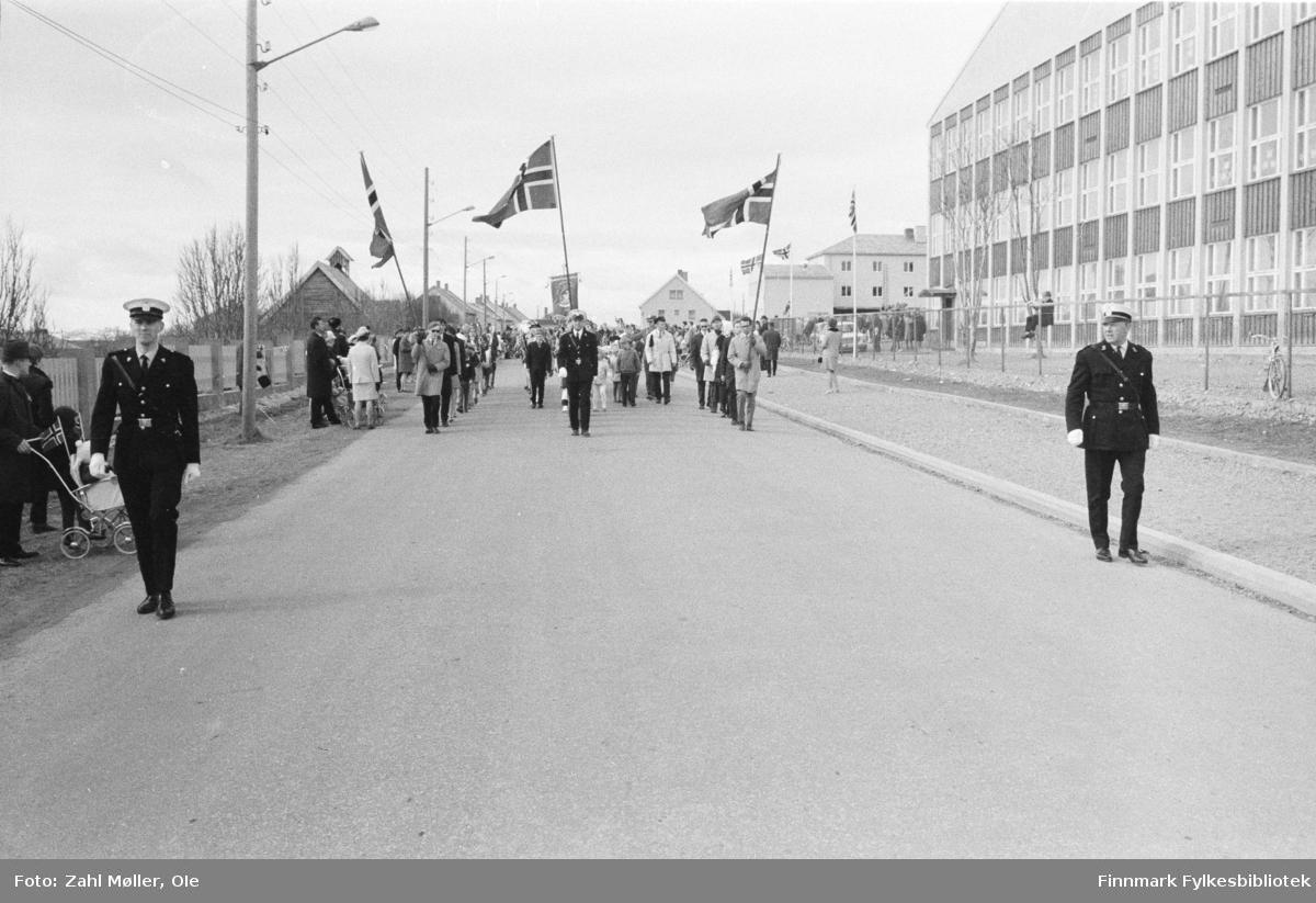 Vadsø, 17.mai 1970. 17.mai-toget. Flaggbærere og politiet foran i toget.