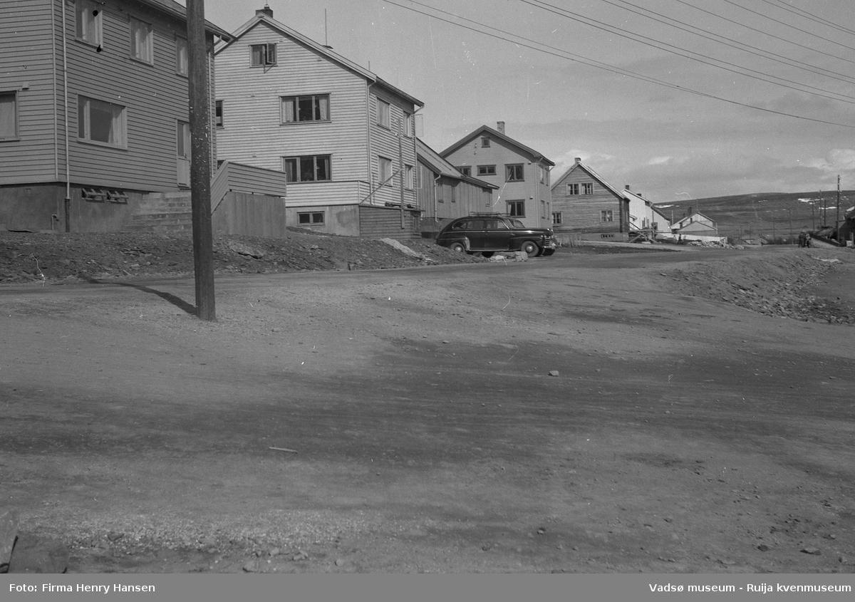 Oscarsgata i Vadsø sett fra vest mot øst.  Den hvite bygningen, nr to i bildet med en sort personbil parkert foran, er Niskagården. Gaten som går mellom bygning fire og fem er Kirkegata. Bygning nummer fem er muligens Bettenhuset. Bildet er tatt 17 mai 1951.