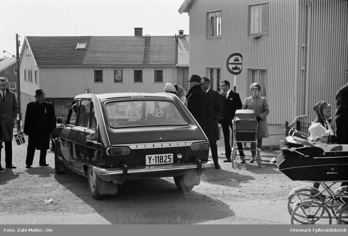 Vadsø 17.5.1969. Fotoserie av Vadsø-fotografen Ole Zahl-Mölö. Vadsøs borgere feirer 17.mai. En Renault står parkert midt i veien.
