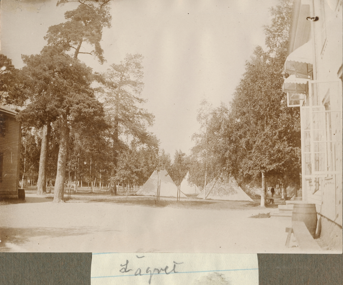 Tältlägret vid Hälsinge regementes övningsplats Mohed. I förgrunden gårdsplan med byggnader på båda sidorna.