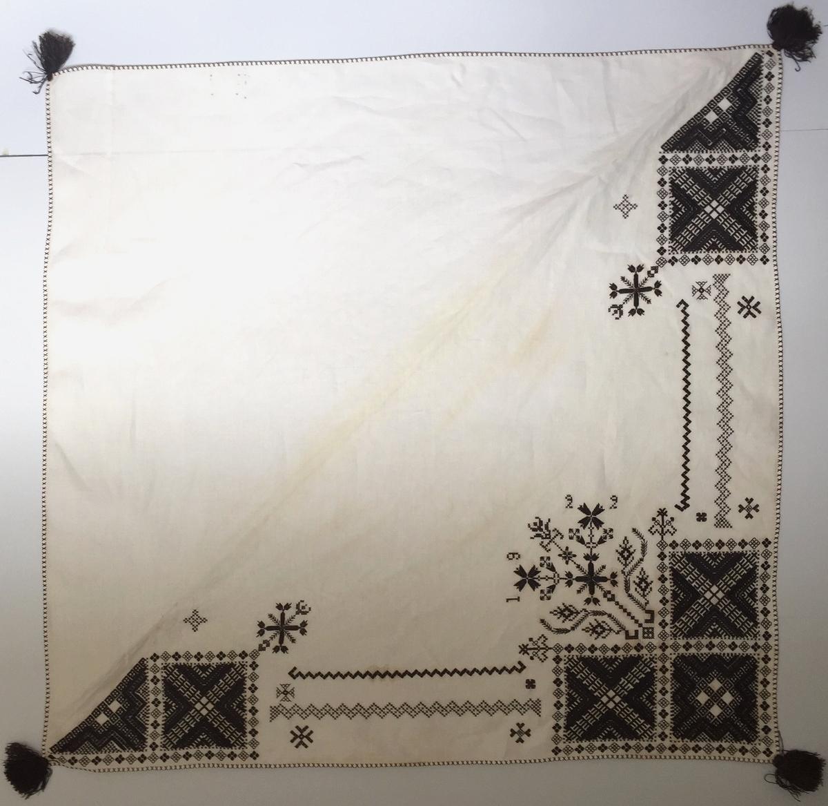 Geometriskt mönster i kvadrater i hörnen, bårder mellan kvadraterna på ryggsnibb och framsnibbar. På ryggsnibben tre kvadrater och en blomsterdekoration samt märkning med årtal. På varje framsnibb en kvadrat och en trekant. Ornament i korsstygn, plattsöm och sticksöm.