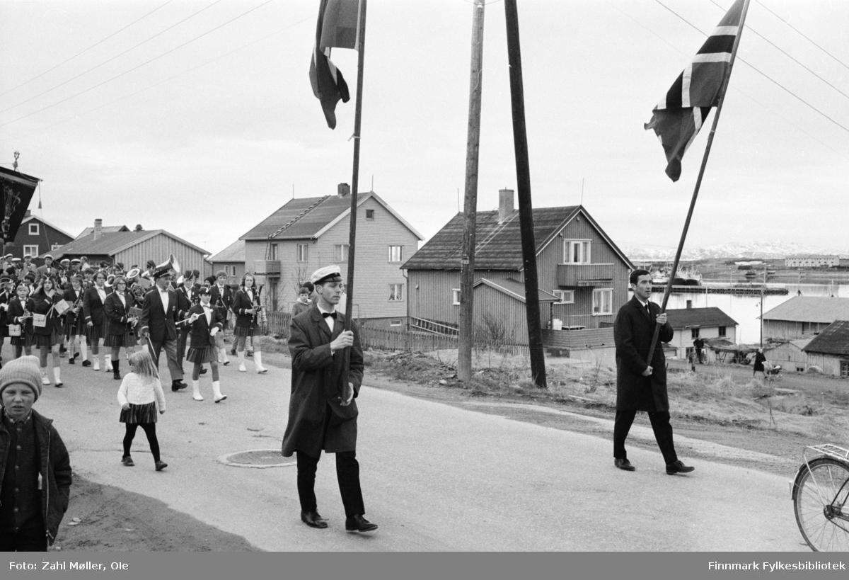 Vadsø 1968, Sangen og Musikkens Dag. Sangere går i prosesjon med flaggbærere og korpset følger etter.