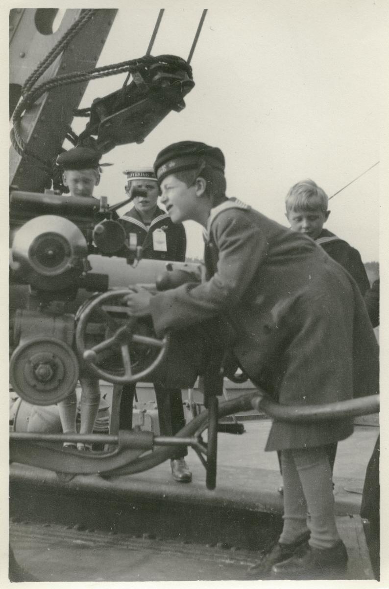Barn bekantar sig med sjökrigföring under Örlogflottans ungdomsdag i Saltsjöbaden 8:e september 1929.