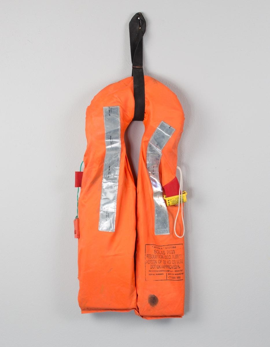 Redningsvest fra MS SLEIPNER med krage, fløyte og lys. Flytemiddel i front og krage.  Sorte bånd til feste rundt liv og mellom beina mangler.