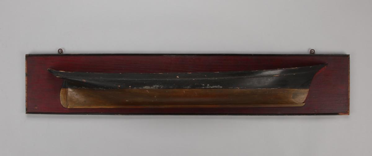 Halvmodell av en ukjent fruktskonner montert på treplate.