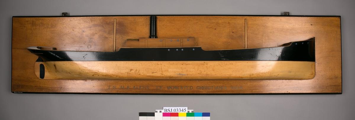 Halvmodell av DS ALA montert på treplate.
