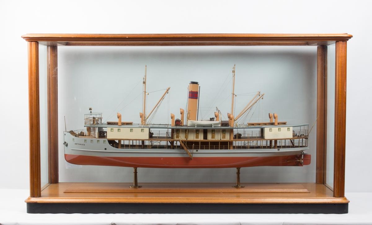 Helmodell av elvebåten DS ANTONICO bg. 1910 i originalt glassmonter. Monteret mangler skruene på toppen.